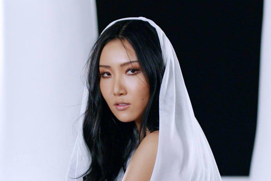 """MAMAMOO's Hwasa Says """"Twit"""" Is Based On Her Own Love Life"""
