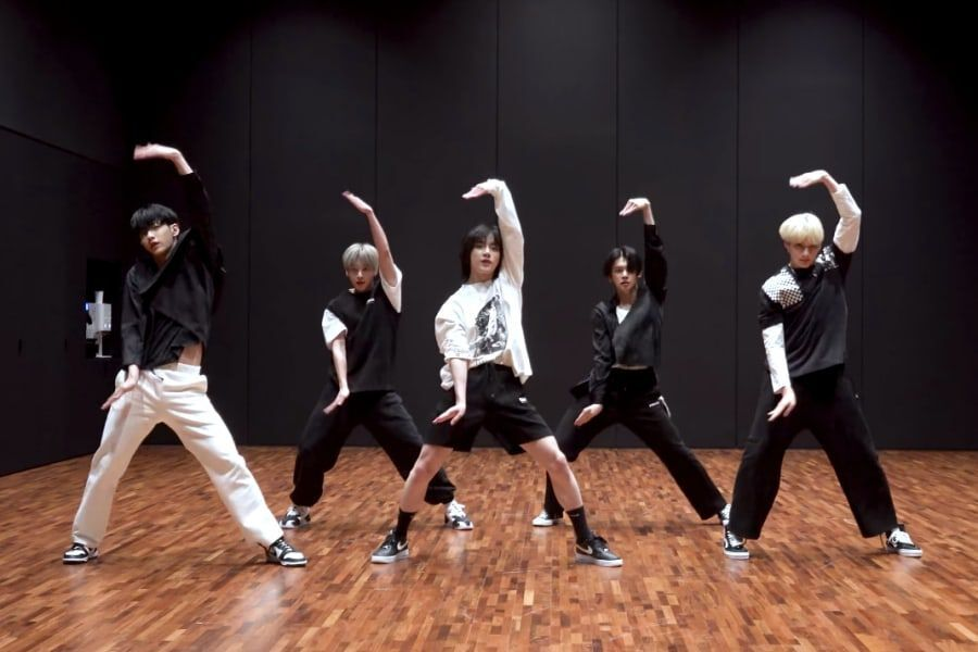 """Watch: TXT Wows With Their Synchronization In High-Energy """"No Rules"""" Dance Practice Video"""