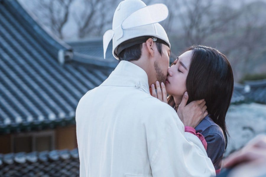 "Yoon Shi Yoon And Jin Se Yeon Share Tearful Kiss On ""Grand"