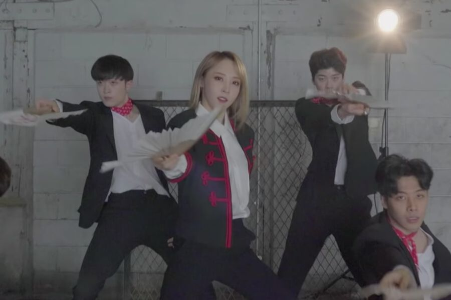 """Watch: MAMAMOO's Moonbyul Shows Off Impressive Moves In Performance Video For """"Mirror + Moon"""""""