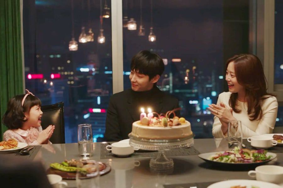 """Upcoming Drama """"Flower Of Evil"""" Shares Glimpse Of Lee Joon Gi And Moon Chae Won As Loving Parents"""