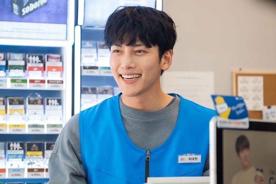 """Ji Chang Wook se transforma en un torpe propietario de una tienda de conveniencia en el próximo drama de SBS """"Backstreet Rookie"""""""