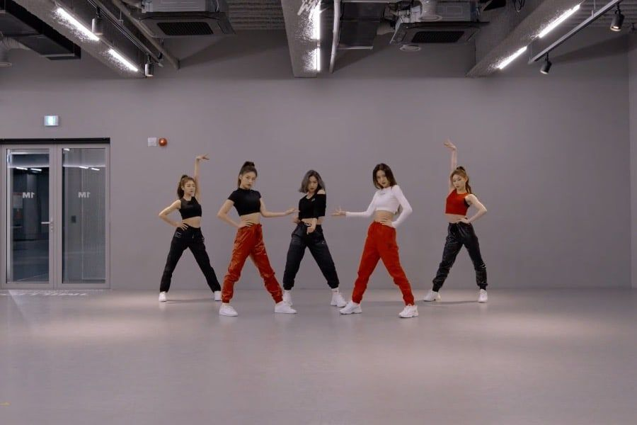 """Watch: ITZY Shows All The Details Of Their """"WANNABE"""" Choreography In Dance Practice Video"""