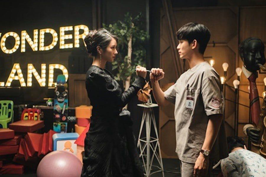 "Kim Soo Hyun And Seo Ye Ji Share A Tense And Dangerous Encounter In ""It's Okay To Not Be Okay"""