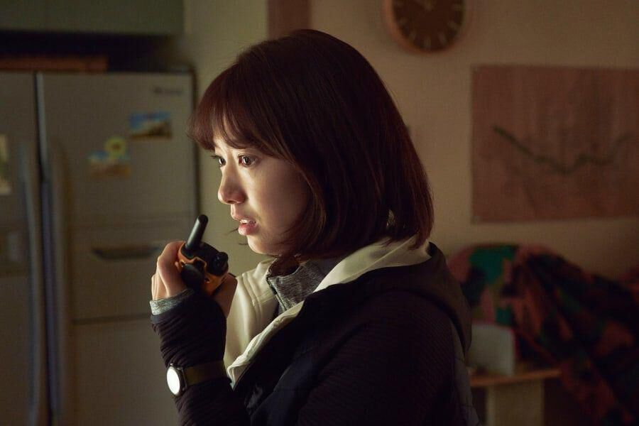 """Park Shin Hye está aterrorizada por lo que ve afuera en la próxima película de zombis """"#ALIVE"""""""