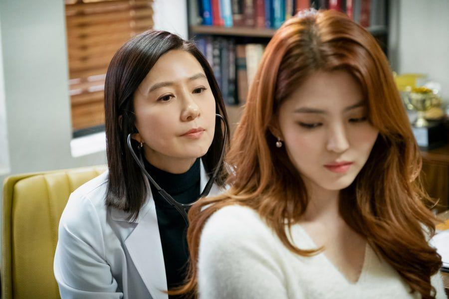 """""""The World Of The Married"""" Star Kim Hee Ae Praises Han So Hee + Explains Why She's Avoided Getting To Know Her Too Well"""