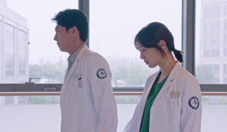 Jin Dong grabs Bai Bai He's hand
