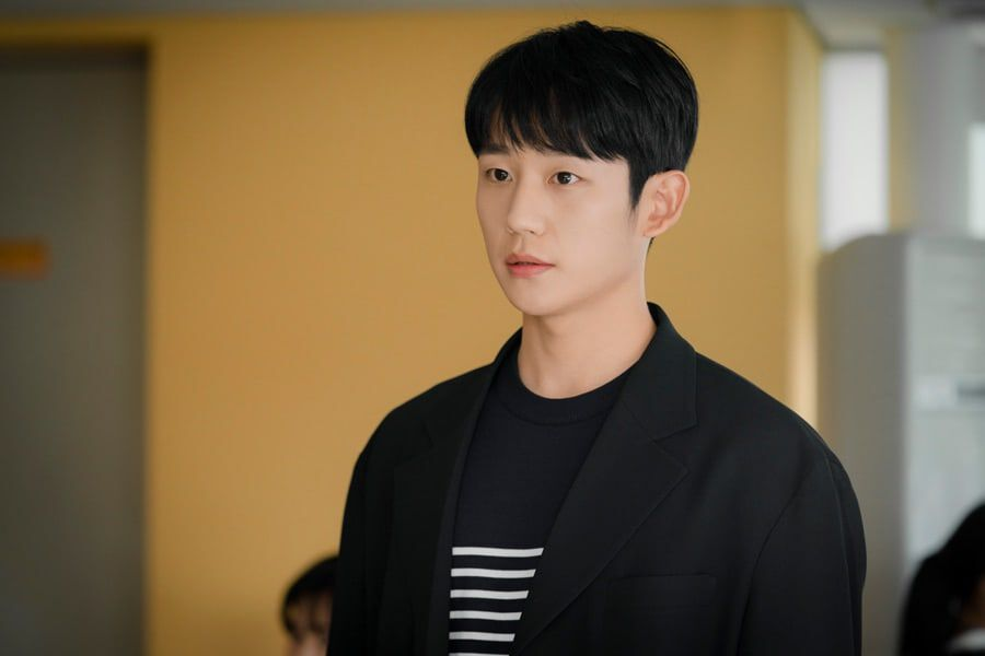 Jung Hae In Brings More Depth And Warmth To His Character In Upcoming Drama With Han Ji Min