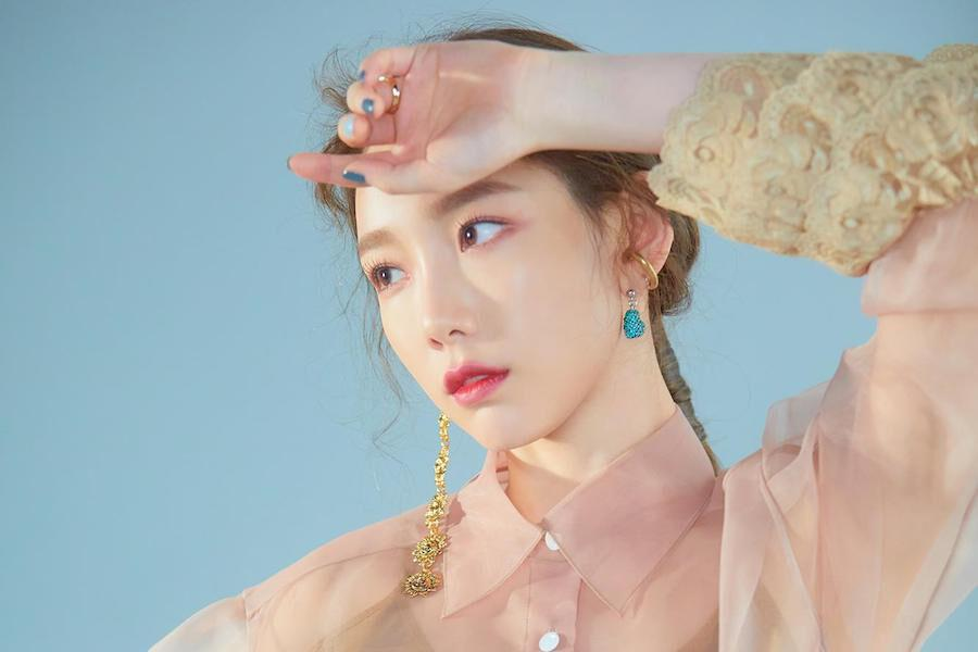 """Girls' Generation's Taeyeon Tops International iTunes Charts With """"Blue"""""""