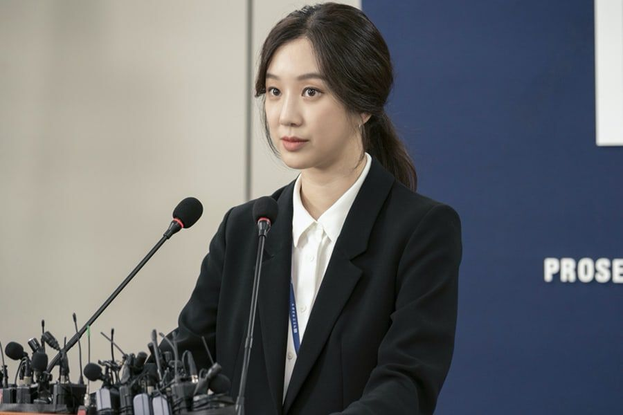 "Jung Ryeo Won Transforms Into A Fierce Prosecutor For ""War Of Prosecutors"""