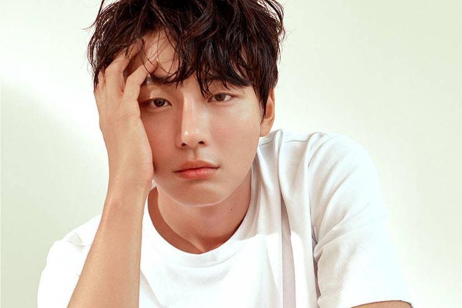 Yoon Shi Yoon's Grandfather Passes Away