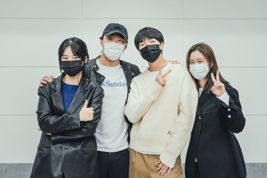 Lee Seung Gi, Lee Hee Joon, Park Ju Hyun y más se reúnen para la primera lectura de guión del próximo drama de misterio de tvN