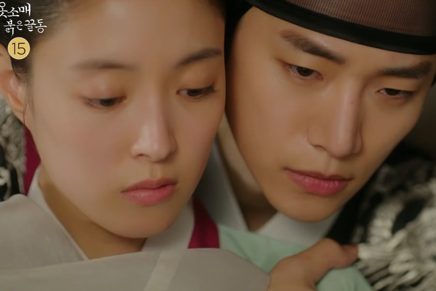"Tonton: Junho 2PM Tidak Dapat Menolak Lee Se Young Saat Dia Menjebaknya Dalam Pelukan Punggung di Teaser ""The Red Sleeve Cuff"""