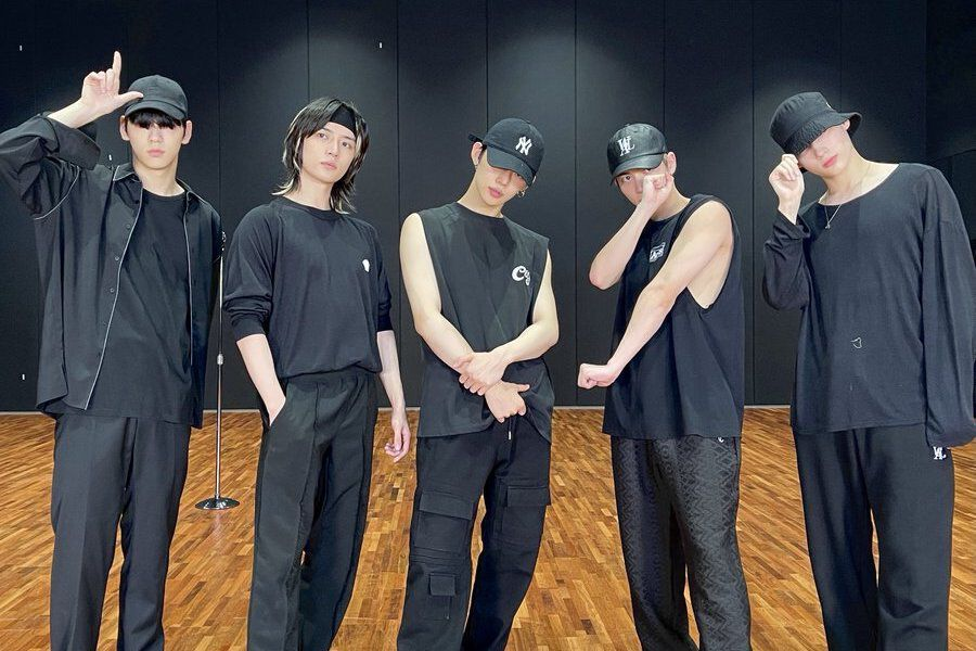 """Watch: TXT Shows Their Polished Microphone Moves In """"LO$ER=LO♡ER"""" Dance Practice Video"""