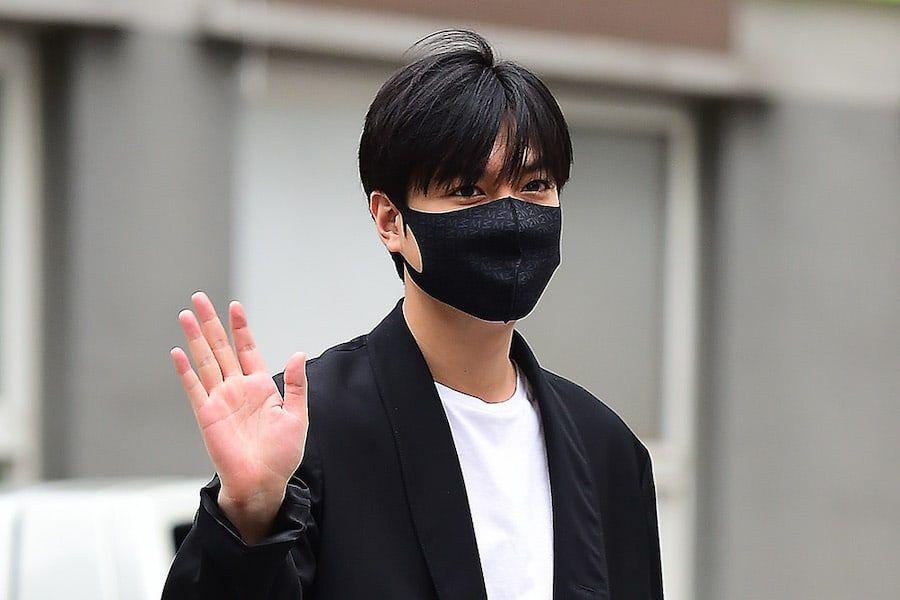 Lee Min Ho lambaikan tangan pada penggemar