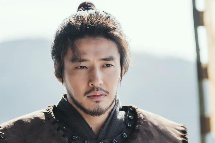 "Kang Ha Neul Is A Charismatic General Protecting His Kingdom In ""River Where The Moon Rises"""