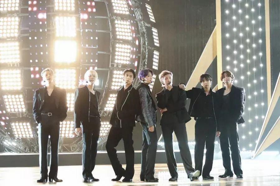 """BTS ofrece una encantadora presentación en vivo para el debut de """"Butter"""" en los 2021 Billboard Music Awards"""