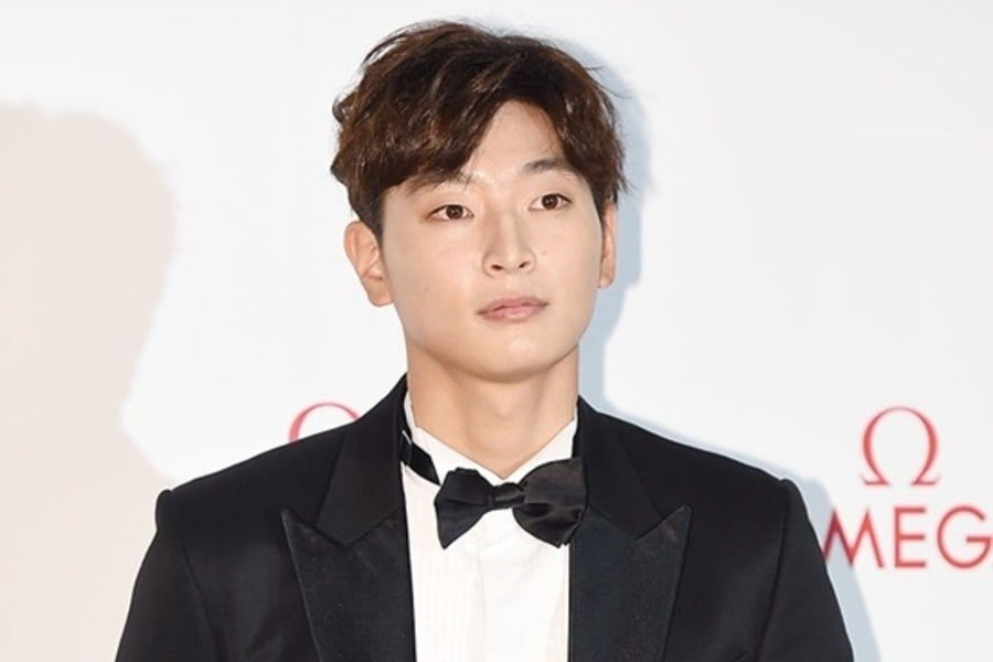 2AM's Jeong Jinwoon Confirms Military Enlistment Date ...