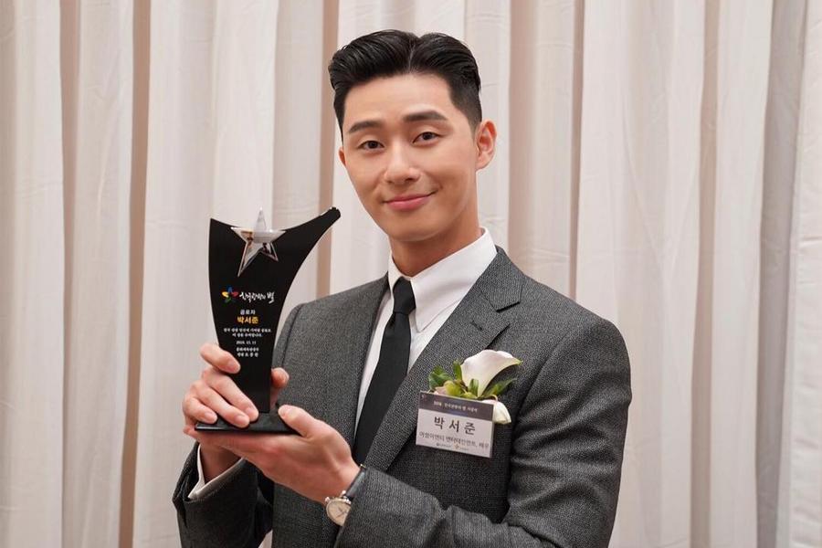 Park Seo Joon mendapatkan penghargaan dari Korea Tourism Awards 2018 (dok. Soompi)