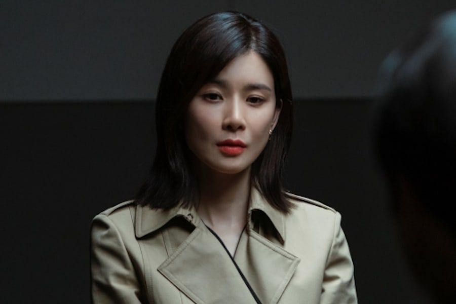"""Lee Bo Young Undergoes A Police Interrogation In """"Mine""""—But As A Suspect Or Witness?"""