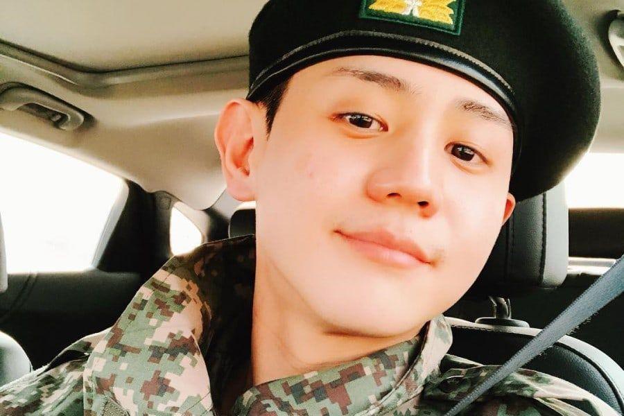 Yang Yoseob de Highlight actualiza para sus fans con una foto en la que aparece vestido con el traje militar
