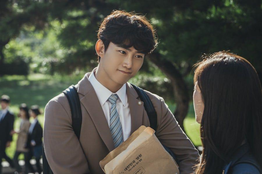 """Taecyeon de 2PM se transforma en un torpe pero apasionado becario en el drama de tvN """"Vincenzo"""""""