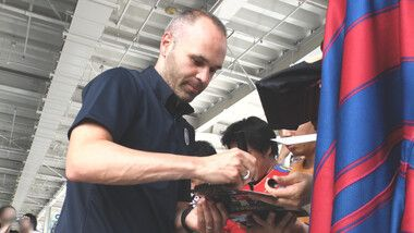Iniesta TV: Discover Japan Episode 1: Interaction with Fans #1 Signing at Airport