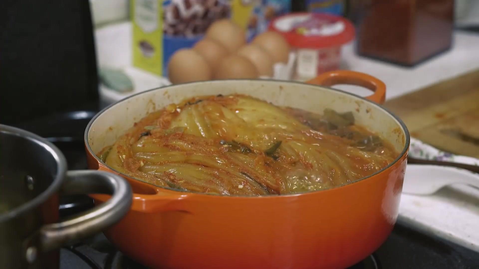 Honeykki Episode 176: Kimchi-jjim (Braised Kimchi)