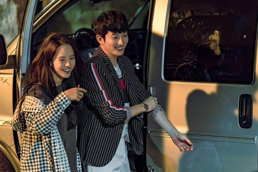 "Song Ji Hyo And Park Shi Hoo Can't Stop Having Fun Behind The Scenes In ""Lovely Horribly"""