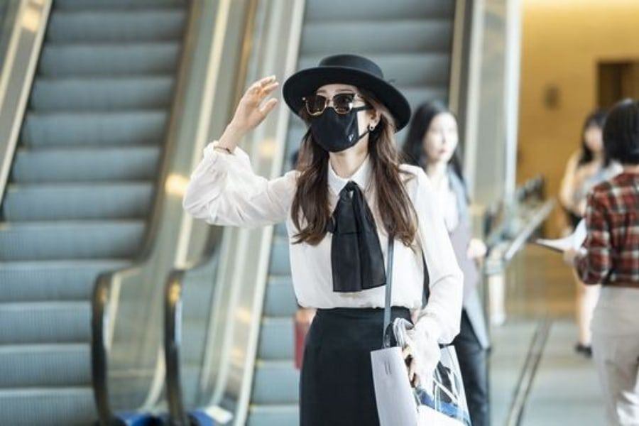 """Seo Hyun Jin Disguises Herself At The Airport In """"The Beauty Inside"""""""
