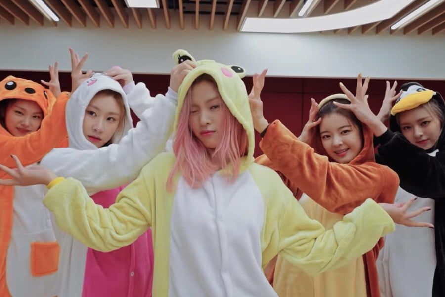 "Watch: ITZY Looks Adorable In Onesies As They Dance To ""ICY"" In New Dance Practice Video"