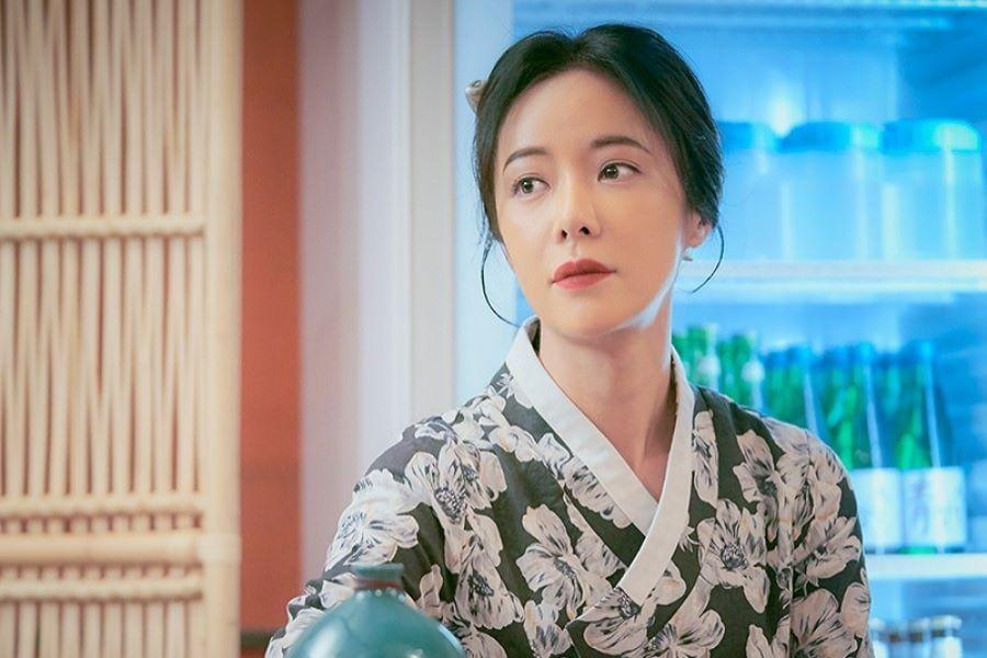 Hwang Jung Eum adalah pemilik pub misterius dalam drama Mystic Pop-Up Bar