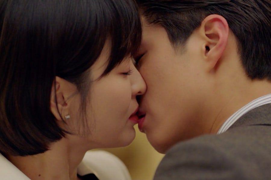 Adegan ciuman Park Bo Gum dan Song Hye Kyo di drama Korea Encounter (Soompi)