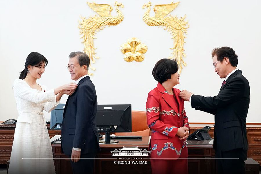 Suzy Presents Badge To President Moon Jae In As Representative Of Charity