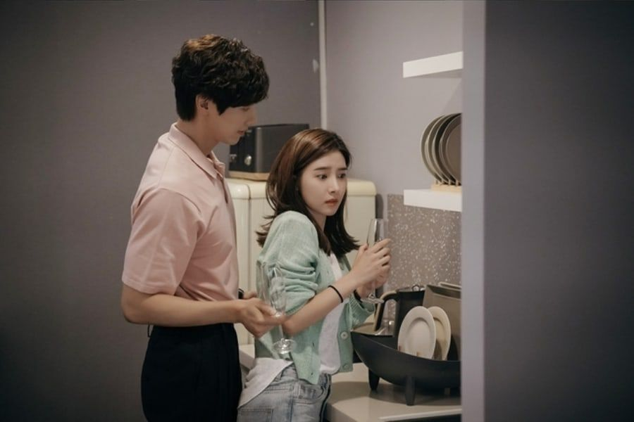 """Ji Hyun Woo And Kim So Eun Get Closer In Upcoming Episode Of """"Lonely Enough To Love"""""""
